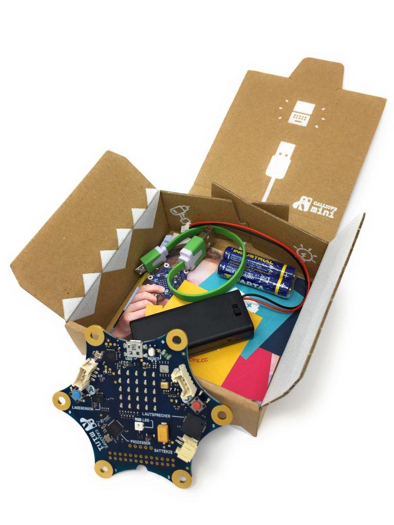 Das Calliope Mini Starter Set mit Batteriefach, USB-Kabel und natürlich, dem Calliope.